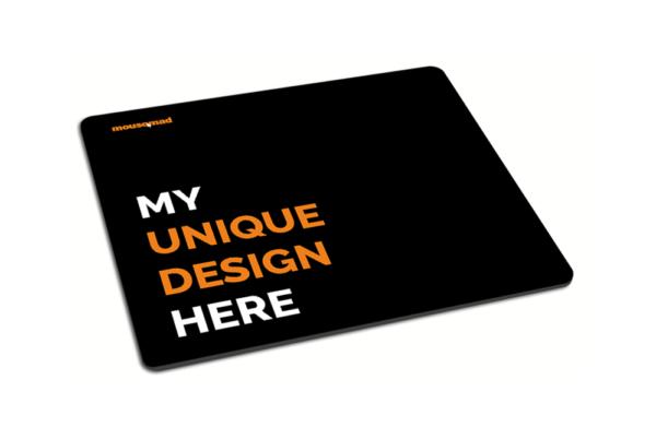 Černá podložka pod myš s textem - my unique design here, perspektiva