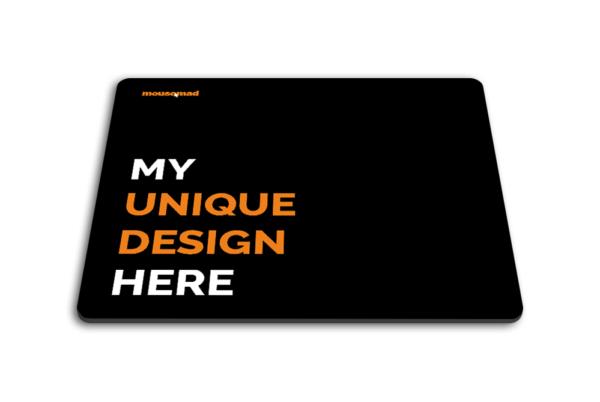 Černá podložka pod myš s textem - my unique design here, rovně položená